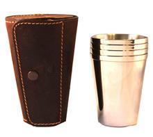 Becher-Set für Flachmann:   4 Edelstahlbecher für Flachmann  in brauner Lederhülle mit Druckknopf.  Be
