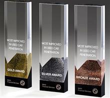 "Glastrophäe ""Cosmopolitan Award"" in Gold-Silber-Bronze:   Kristallglas-Trophäe""Cosmopolitan Award""  Der Award besticht mitklaren Li"