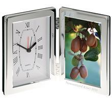 Uhr versilbert:   Uhr im glatten, versilberten Rahmen zum Aufstellen.  Maße: 12,7x16,5cm - 18