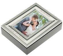 Fotobox vs 10x15:  Fotobox aus Holz mit versilbertem Rahmen. Hoch-od. Querformat - Gravur oben und