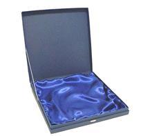 Tellerkassette:    Geschenkbox aus blauem Karton  ausgelegt mit blauem Seidenstoff.