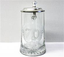 """Glaskrug 70er:   Glaskrug mit Motiv """"70""""  und Zinndeckel."""